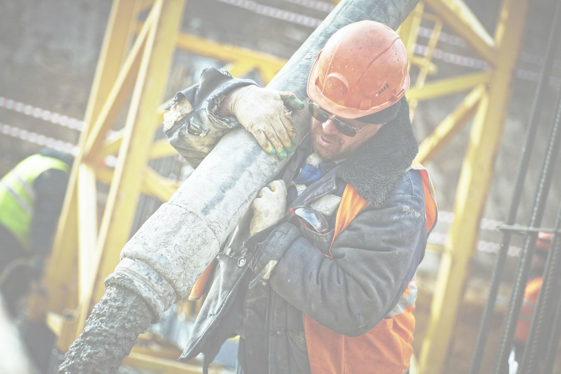Homem segurando equipamento de construção civil